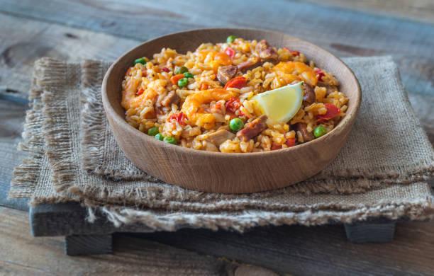 schaal van kip en chorizo paella - paella stockfoto's en -beelden