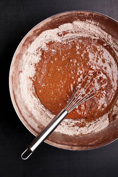 schale mit schokolade teig und feminin - heiße schokoladen cupcakes stock-fotos und bilder