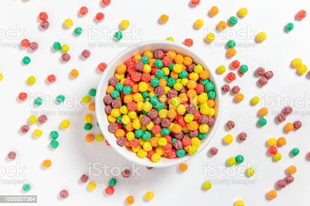 Bowl Of Colorful Cereal Balls On White Background - Fotografias de stock e mais imagens de Alimentação Saudável