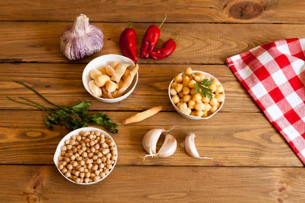 tazón de garbanzos cocidos y pimientos rojos - foto de stock