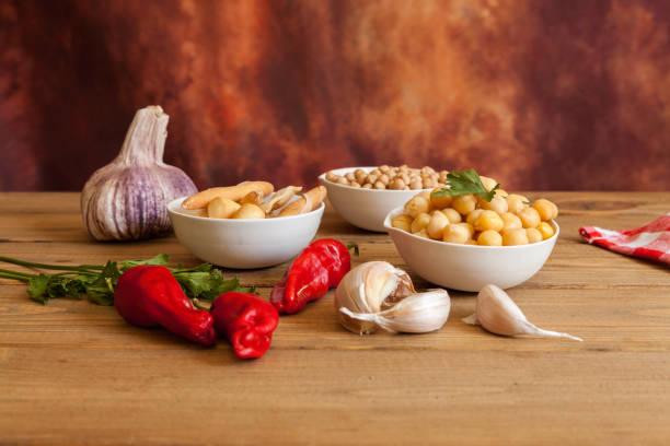 tazón de garbanzos cocidos, ajo y pimientos rojos - foto de stock