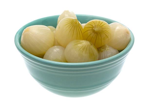 schale zubereitete kleine zwiebeln - perlzwiebeln stock-fotos und bilder