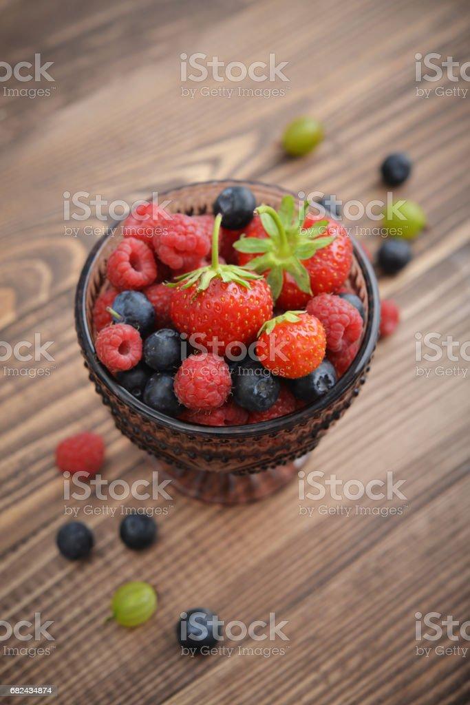 不同新鮮漿果碗 免版稅 stock photo