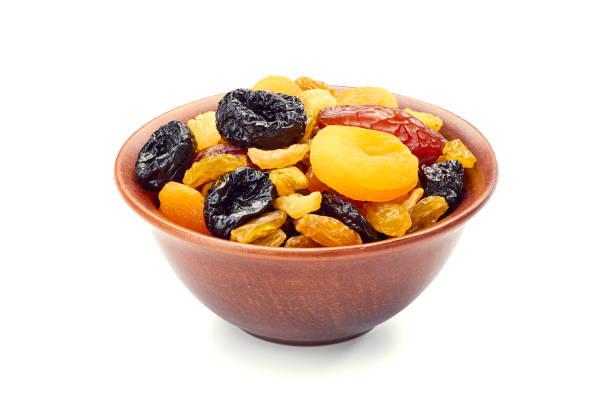 schüssel getrocknete früchte-mix auf weiß - grape sugar stock-fotos und bilder