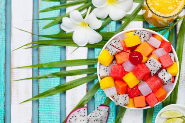 エキゾチックなフルーツ サラダ ボウル。健康的な朝食。平面図です。領域をコピーします。 ストックフォト