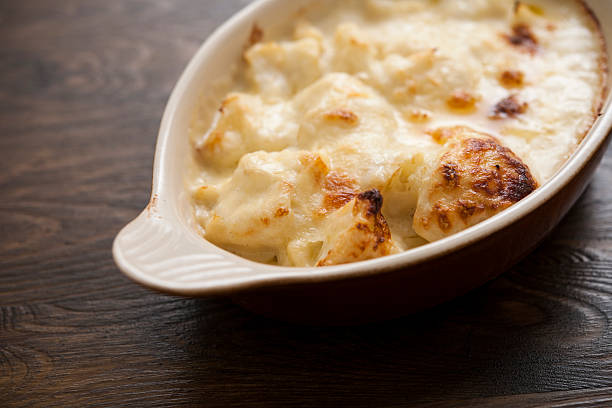 schale frisch gebackenen blumenkohl-käse - gebackener blumenkohl stock-fotos und bilder