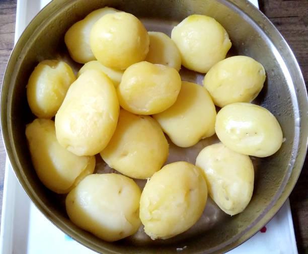 schüssel mit frisch gekochten kartoffeln bereit zum servieren - salzkartoffel stock-fotos und bilder
