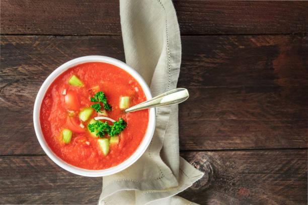 gazpacho suppe auf rustikalen textur mit exemplar - kalte tomatensuppe stock-fotos und bilder