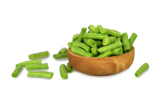 Schüssel mit grünen Bohnen isoliert auf weißem Hintergrund – Foto