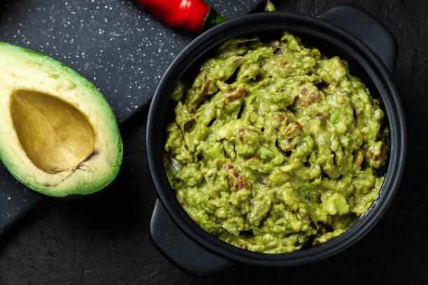 tigela de guacamole com ingredientes frescos - guacamole - fotografias e filmes do acervo
