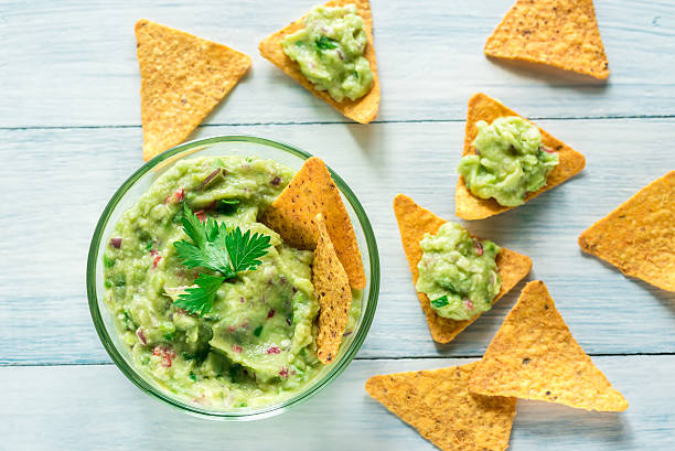 bowl of guacamole with tortilla chips - guacamole - fotografias e filmes do acervo