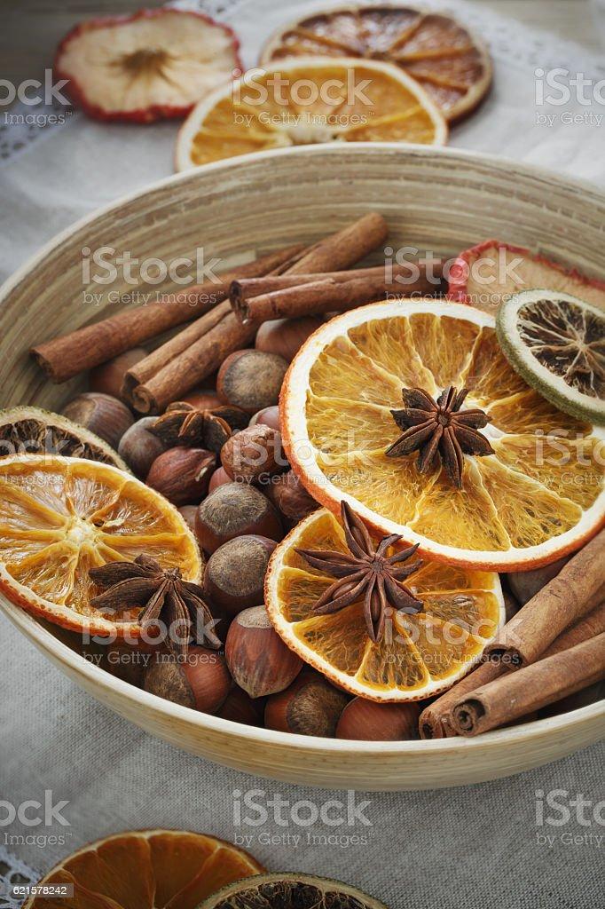 Bowl of hazelnut with cinnamon sticks photo libre de droits