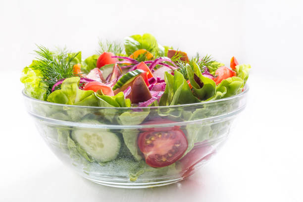bol de salade de légumes sain sur fond blanc - saladier photos et images de collection