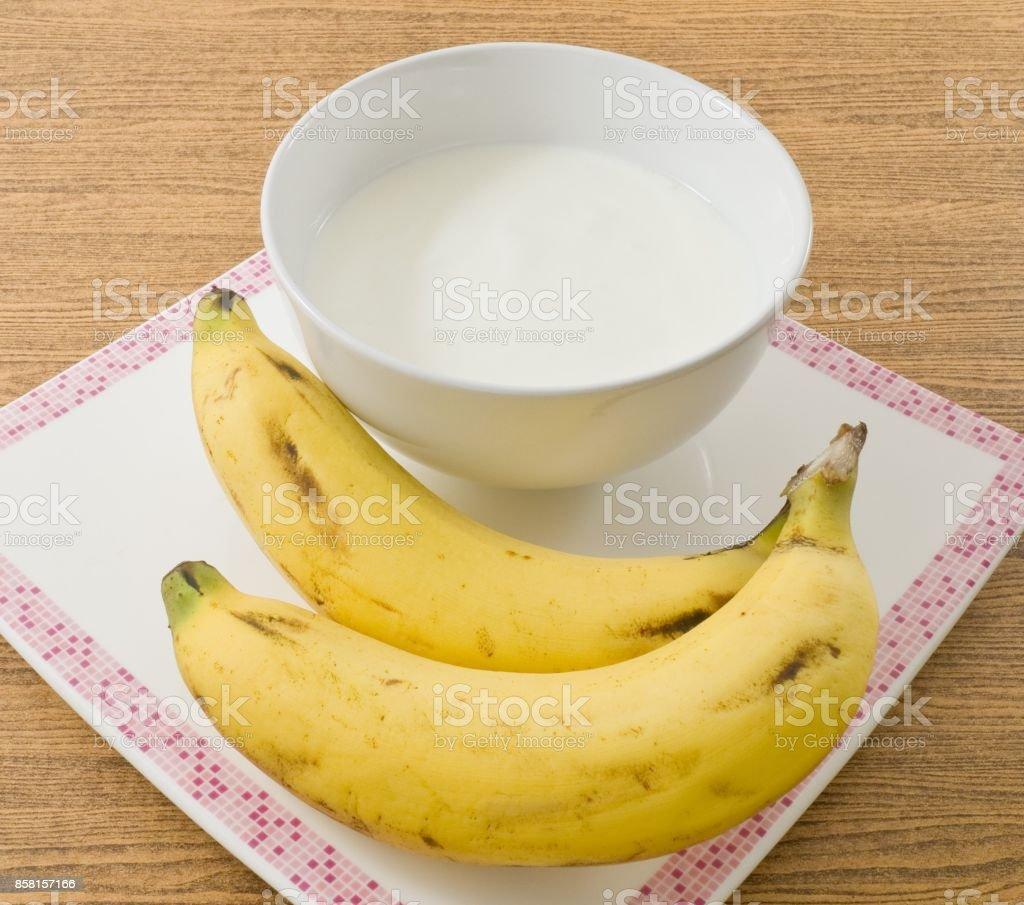 Bol d'yaourt maison avec des produits bio de la banane - Photo
