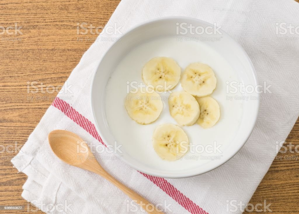Bol d'yaourt maison avec banane mûre - Photo