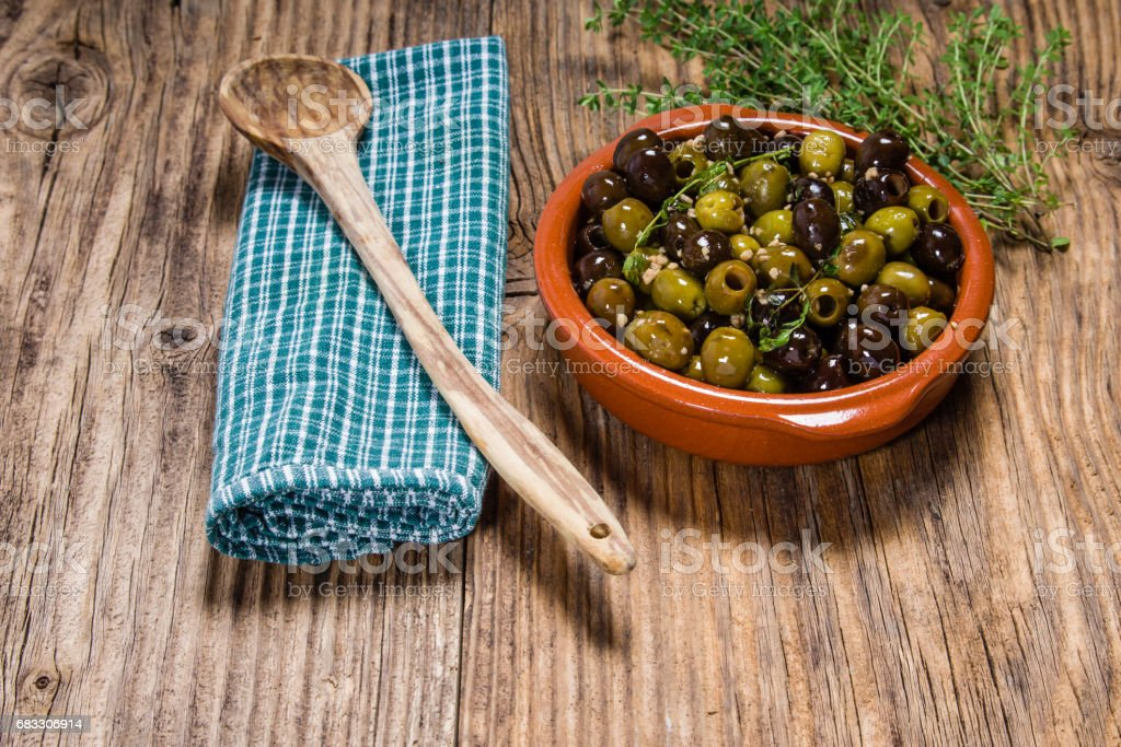 Bowl of olives with thyme foto stock royalty-free