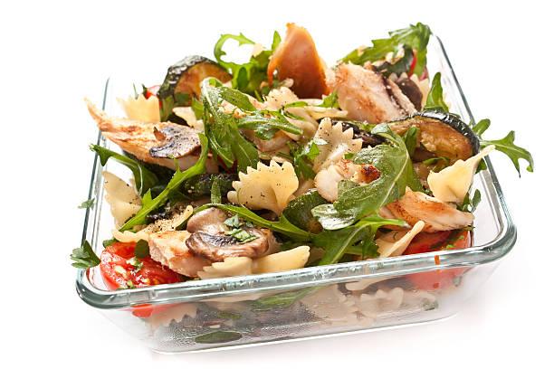 schale mit pasta salad - nudelsalat zum grillen stock-fotos und bilder