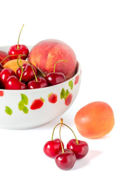 eine schüssel mit pfirsiche und kirschen - essensrezepte stock-fotos und bilder