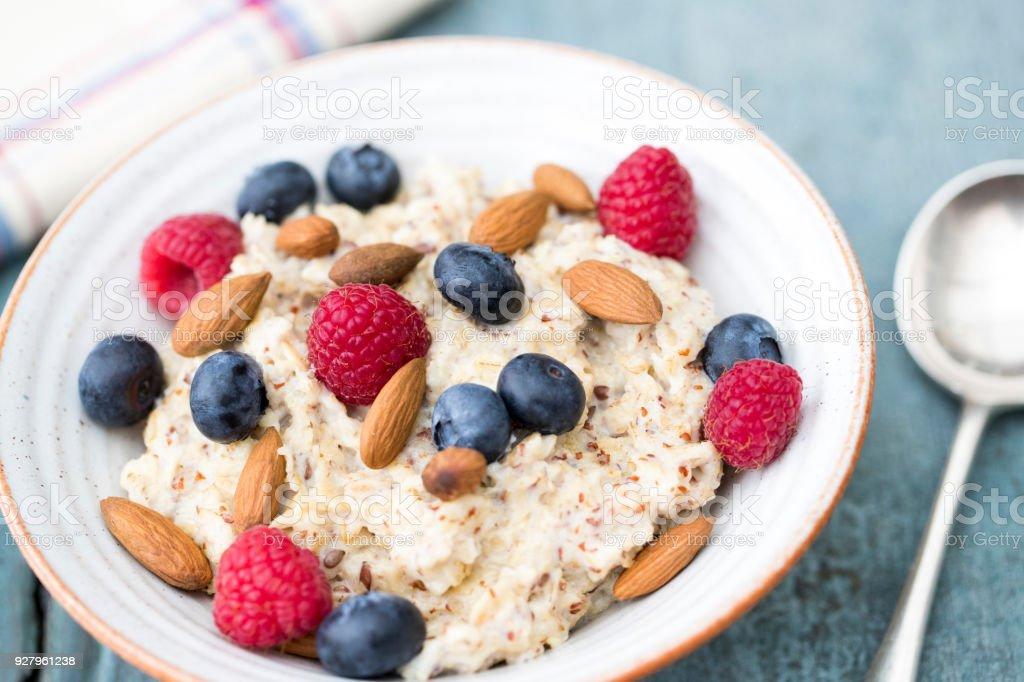 Schüssel Haferbrei mit Früchten und Nüssen für gesundes Frühstück – Foto