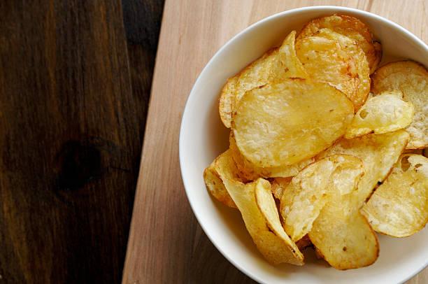 Schüssel mit Kartoffel-chips – Foto