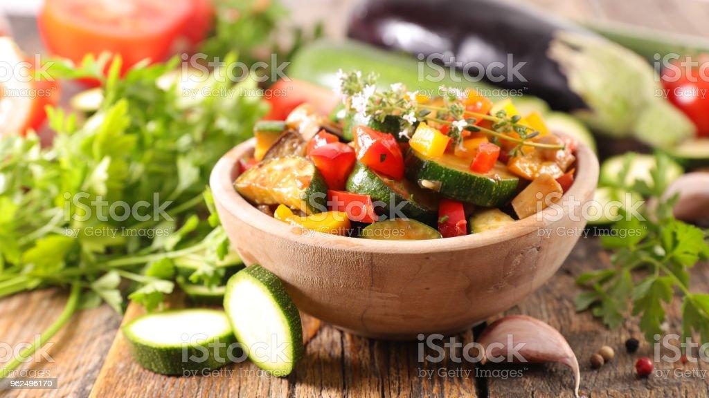 tigela de ratatouille, ensopado de legumes - Foto de stock de Abobrinha royalty-free