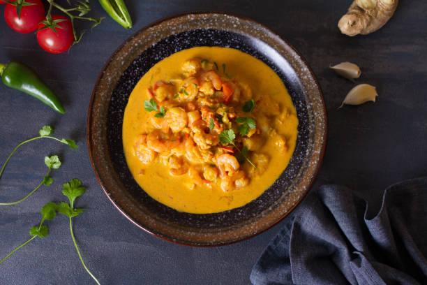 Tazón de curry de gambas de camarón - foto de stock