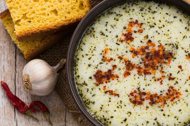 блюдо суп с хлеб и чесноком - плато стоковые фото и изображения