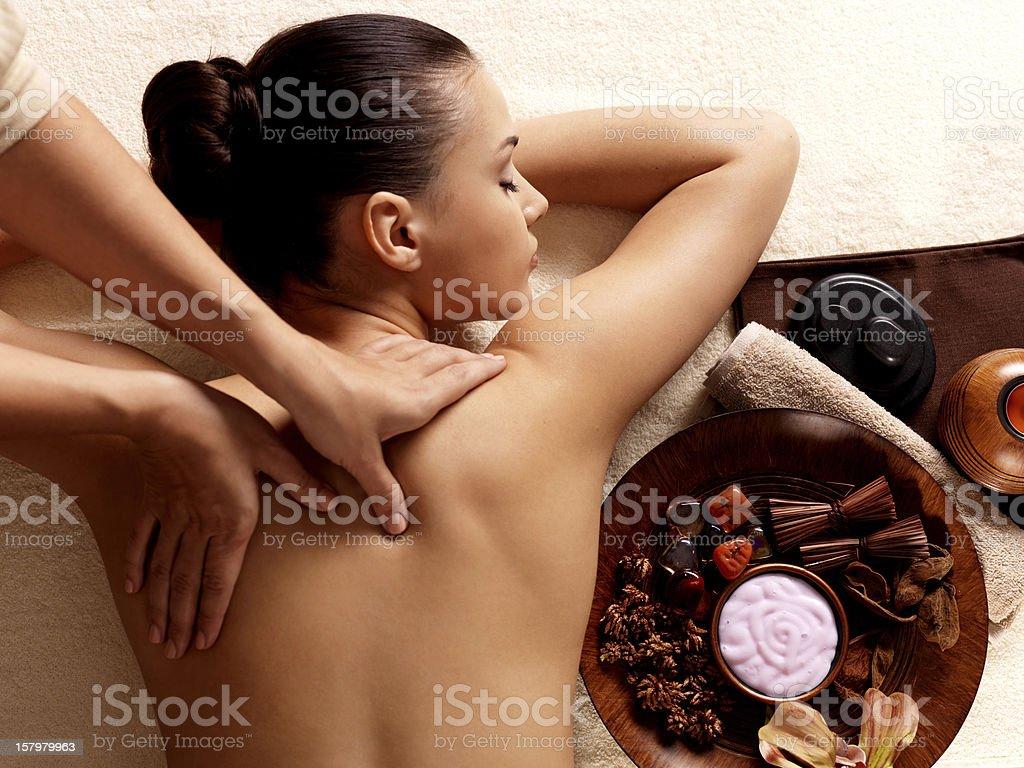 Frau, die massage in der spa-salon – Foto