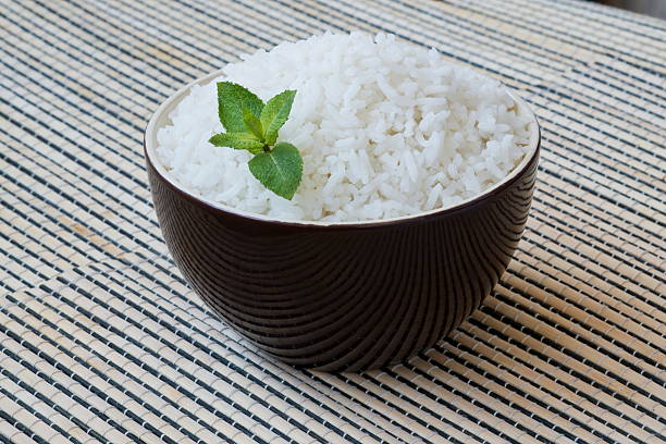 bowl of steamed rice. - arroz branco - fotografias e filmes do acervo