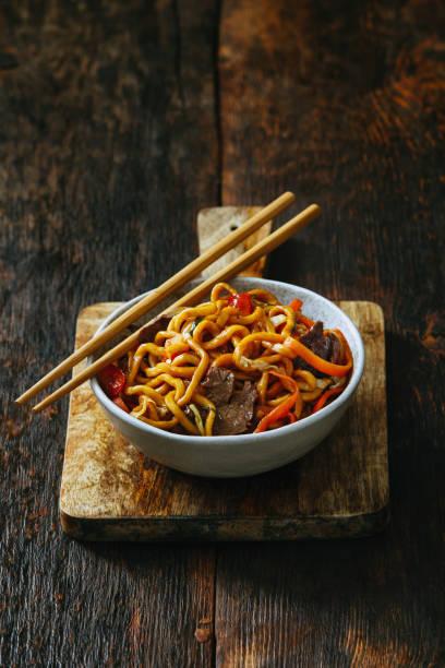 bowl with chow mein - macarrão imagens e fotografias de stock
