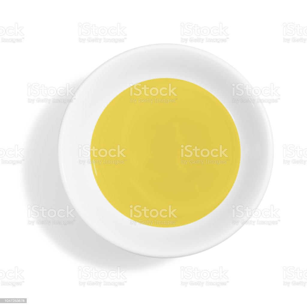 Tazón de fuente con aceite de oliva fresco aislado sobre fondo blanco - foto de stock
