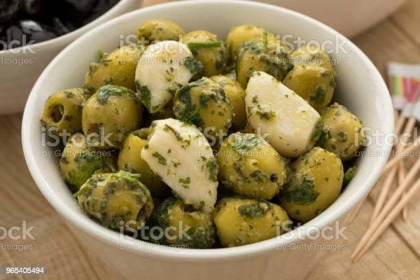 Foto de Tigela Com Azeitonas Verdes Alho E Coentros e mais fotos de stock de Alimentação Saudável
