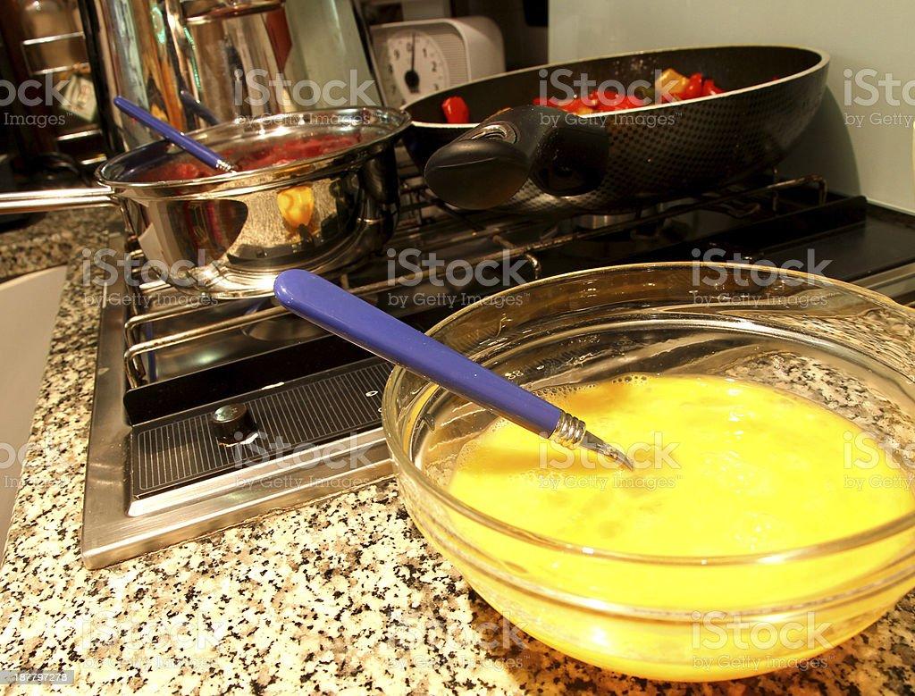 Ciotola con d'uovo montato in cucina - foto stock