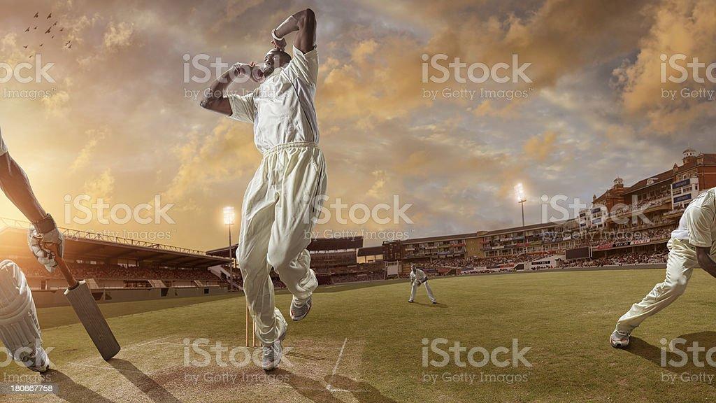 Bowler proporcionar uma rápida bola durante um jogo de críquete - foto de acervo