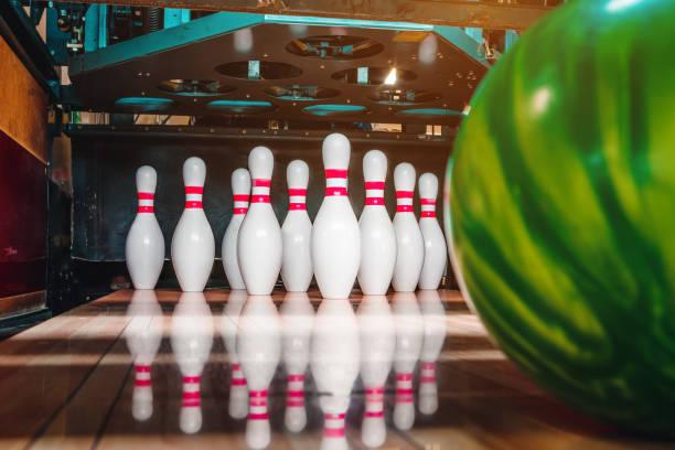 Bowling-Kugel und pins – Foto
