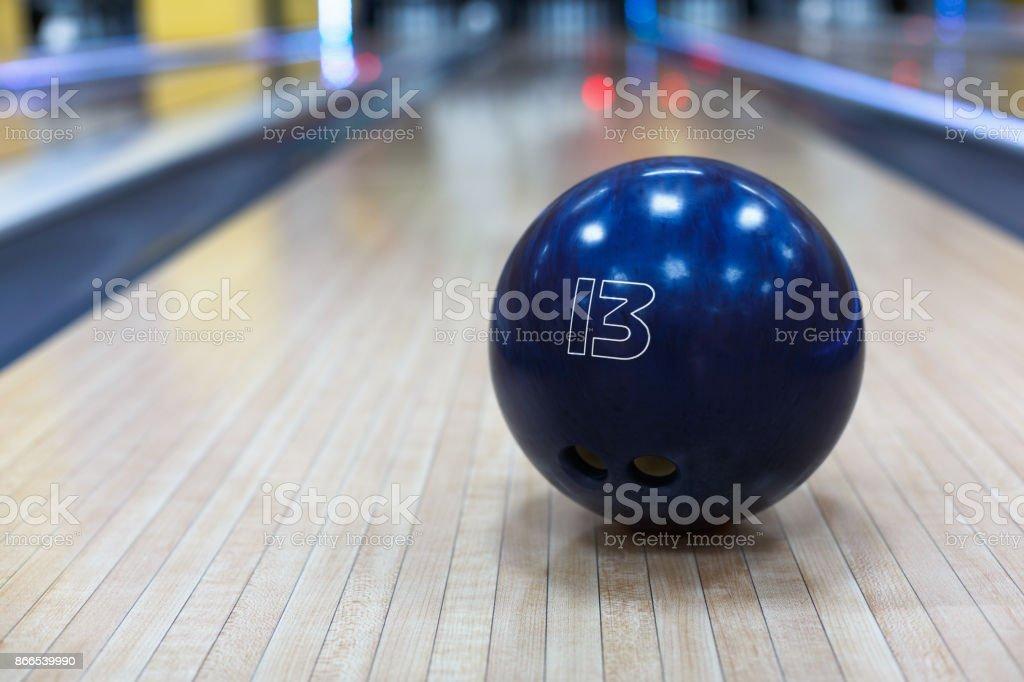 Bowling-Kugel Closeup auf Spur Hintergrund – Foto