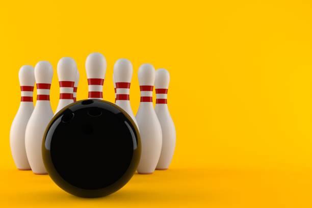 bowling bal met pinnen - bowlen stockfoto's en -beelden