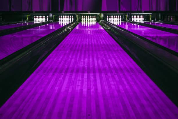 Bowling-Pins und Kugeln – Foto