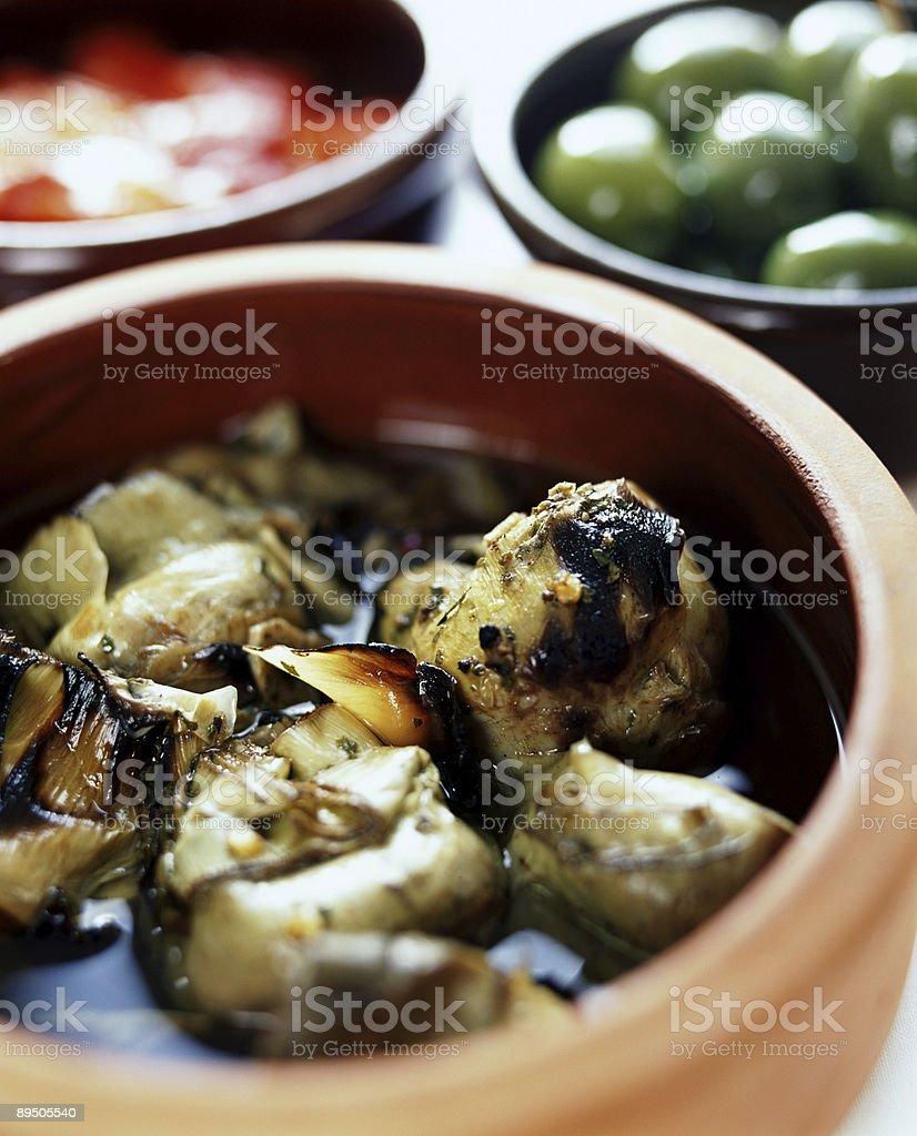 Gamelles d'artichauts, olives, de tomates photo libre de droits