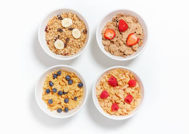 Schalen mit verschiedenen Frühstückskost aus Getreide mit Beeren und Früchten – Foto