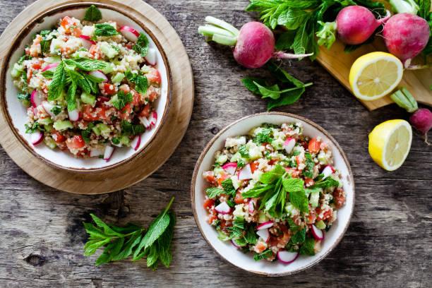 schalen von erfrischenden quinoa salat - radieschen salat stock-fotos und bilder