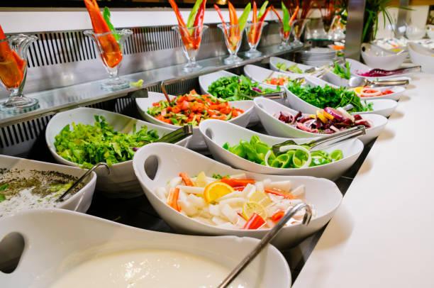 Salatschüsseln am Buffet eines Hotelrestaurants – Foto