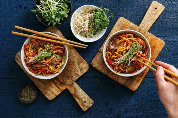 tigelas com comida chinesa - comida asiática - fotografias e filmes do acervo
