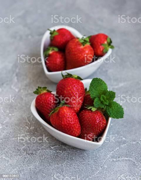 Bowls With Fresh Strawberries — стоковые фотографии и другие картинки Белый