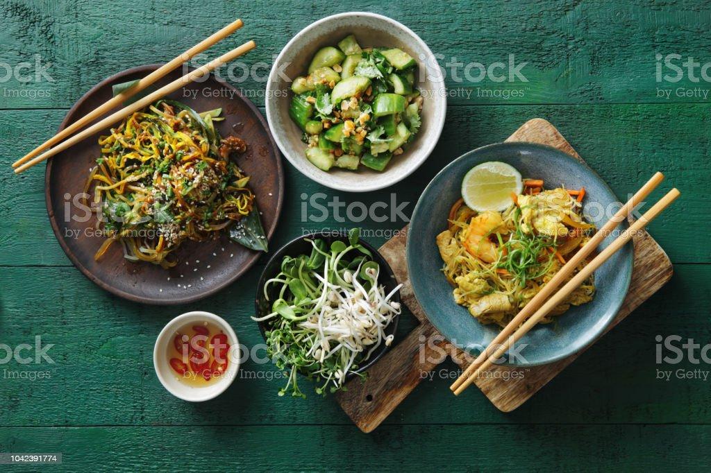 Tigelas com comida japonesa - foto de acervo