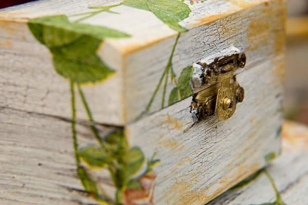 die durch kunstvolle papiergestaltung box - decoupage kunst stock-fotos und bilder
