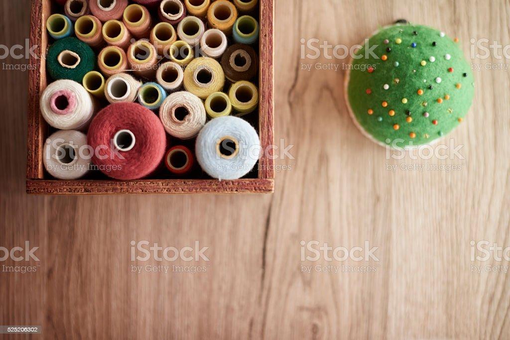 Caixa cheia de itens coloridos - foto de acervo