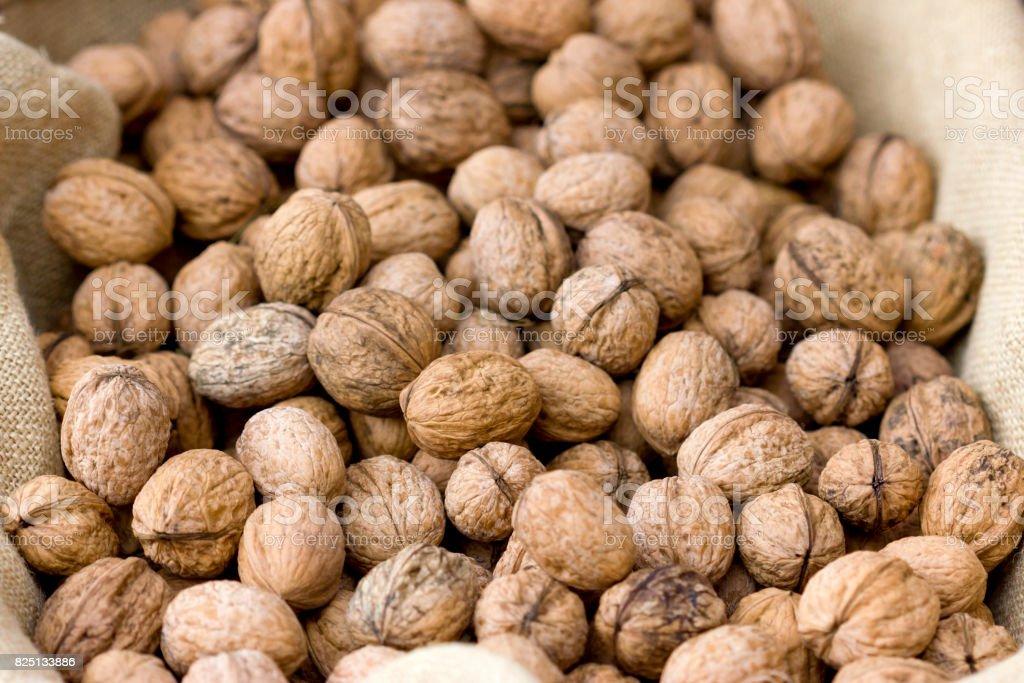 Caja llena de nueces al natural. - foto de stock