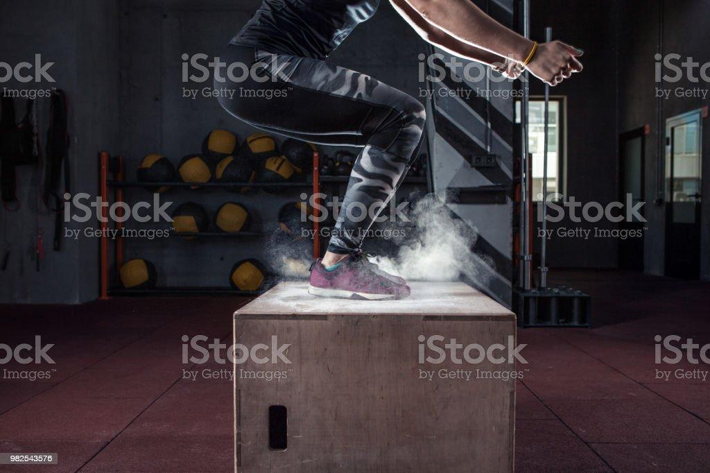 Feld springen Training im cross-Fit Fitnessstudio closeup – Foto