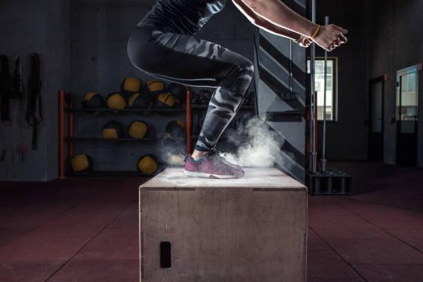 Entrenamiento de salto caja en cross fit gimnasio closeup - foto de stock